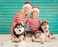 Szczęśliwy dziecko i pies na wigilii Zdjęcia Stock