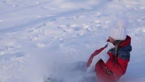 Szczęśliwy dziecko jedzie sanie z śnieżystą wysoką kolejką górską, śnieżni pluśnięcia lata w dziewczyny twarz Rodzinni boże narod zbiory wideo