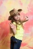 Szczęśliwy dziecko lub mała uśmiechnięta dziewczyna w kowbojskim kapeluszu Fotografia Royalty Free