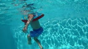 Szczęśliwy dziecko ma zabawę w błękita jasnego basenie zbiory wideo