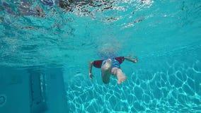 Szczęśliwy dziecko ma zabawę w błękita jasnego basenie zbiory