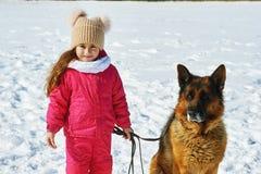 Szczęśliwy dziecko na spacerze z psem w zimie Zdjęcia Royalty Free