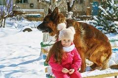 Szczęśliwy dziecko na spacerze z psem w zimie Obrazy Royalty Free