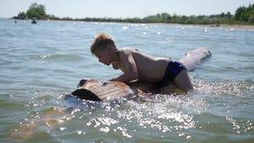 Szczęśliwy dziecko pływa w morzu Zabawa outdoors i gry zdjęcie wideo