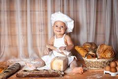 Szczęśliwy dziecko piekarz obrazy royalty free