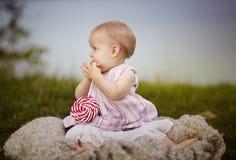 Szczęśliwy dziecko przy jeziorem obraz stock
