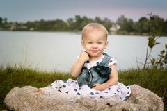Szczęśliwy dziecko przy jeziorem fotografia royalty free