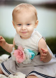 Szczęśliwy dziecko przy jeziorem zdjęcia stock