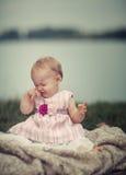 Szczęśliwy dziecko przy jeziorem obrazy royalty free
