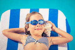 Szczęśliwy dziecko słucha seashell przy plażą fotografia royalty free