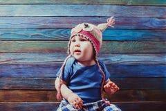 Szczęśliwy dziecko w ślicznym szydełkującym sowa kapeluszu zdjęcie stock