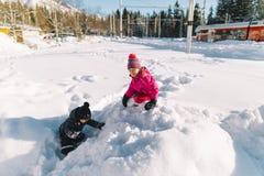 Szczęśliwy dziecko w białym śniegu, zima wakacje Obraz Royalty Free