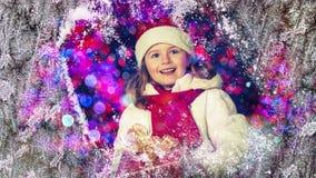 Szczęśliwy dziecko w Bożenarodzeniowym czasie Śmieszny dzieciak bawić się w xmas plenerowym obraz royalty free