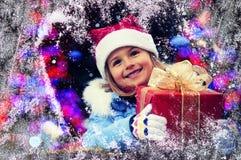 Szczęśliwy dziecko w Bożenarodzeniowym czasie Śmieszny dzieciak bawić się w xmas plenerowym zdjęcie royalty free