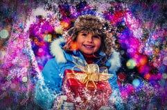 Szczęśliwy dziecko w Bożenarodzeniowym czasie Śmieszny dzieciak bawić się w xmas plenerowym obrazy royalty free
