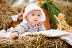 Szczęśliwy dziecko w polu z siano rolkami przy zmierzchem fotografia royalty free