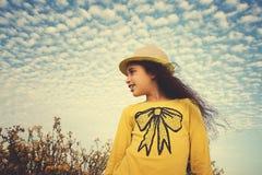 Szczęśliwy dziecko w wiosny polu odizolowywająca pojęcie czarny wolność Fotografia Stock