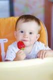 Szczęśliwy dziecko wiek 1 rok z truskawką Obraz Royalty Free