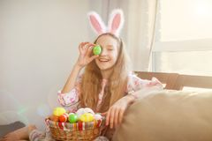 Szczęśliwy dziecko z Easter jajkami Fotografia Stock