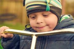 Szczęśliwy dziecko z hulajnoga Troszkę chłopiec od szczęśliwej i ukochanej rodziny Fotografia Stock