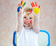 Szczęśliwy dziecko z malować rękami obraz royalty free
