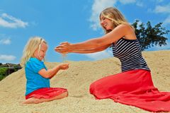 Szczęśliwy dziecko z matką na rozsypisku ryżowa adry uprawa Zdjęcie Royalty Free