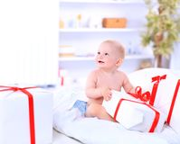 Szczęśliwy dziecko z prezenta pudełkiem obraz royalty free