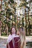 Szczęśliwy, dziewczyn huggs jej piękny macierzysty pobliski las W górę zdjęcia royalty free