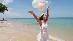 Szczęśliwy dziewczyna bieg na plaży, mienie szybko się zwiększać w ręce swobodny ruch Pojęcia szczęście, wolność, wakacje, miłość zbiory wideo