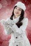Szczęśliwy dziewczyna chwyta opad śniegu Zdjęcia Royalty Free