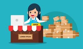 Szczęśliwy dziewczyna czeka rozkaz od laptopu robić zakupy online handlu elektronicznego sklepu pojęcie z paperbox pakunkiem Obraz Stock