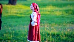 Szczęśliwy dziewczyna spacer na zielonym obszarze trawiastym i śpiewa zbiory
