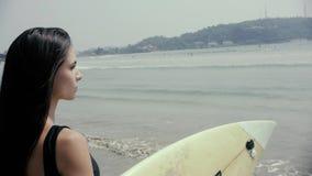 Szczęśliwy dziewczyna surfingowiec biega śmiać się rozochocony mieć zabawę z surfingu boogieboard na wakacjach letnich zbiory