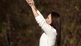 Szczęśliwy dziewczyna taniec w parku Żółty ulistnienie zbiory