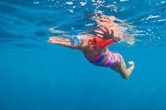 Szczęśliwy dziewczynka nur podwodny w dennym basenie Fotografia Stock