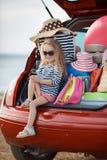 Szczęśliwy dziewczynki obsiadanie w samochodowym bagażniku Zdjęcia Royalty Free