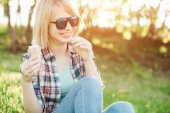 Szczęśliwy dziewczyny łasowania lody i mieć zabawa obraz stock