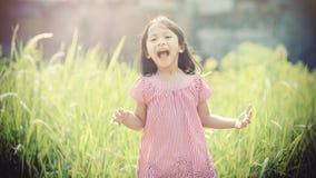 Szczęśliwy dziewczyny Bawić się Plenerowy Fotografia Stock
