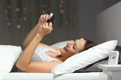 Szczęśliwy dziewczyny dopatrywanie wideo lub bawić się gry na telefonie obraz royalty free
