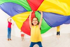 Szczęśliwy dziewczyny falowania spadochron podczas sporta festiwalu zdjęcie stock
