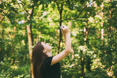 Szczęśliwy dziewczyny młodej kobiety fotograf Bierze obrazkom Starą Retro rocznika filmu kamerę Zdjęcie Stock