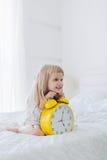 Szczęśliwy dziewczyny mienia budzik obrazy royalty free