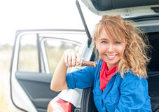 Szczęśliwy dziewczyny obsiadanie w samochodu i mienia czekoladzie. Fotografia Stock