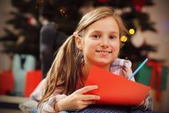 Szczęśliwy dziewczyny Writing bożych narodzeń list Święty Mikołaj Zdjęcia Royalty Free