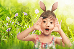 Szczęśliwy dziewczyny wyrażenie z królików ucho fotografia royalty free