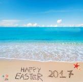 Szczęśliwy Easter 2017 na tropikalnej plaży pod chmurami Obraz Stock