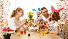 Szczęśliwy Easter! rodziny matka, ojciec i dzieci, malujemy jajka dla obraz stock