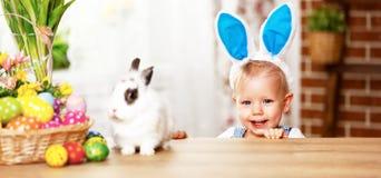 Szczęśliwy Easter! szczęśliwa śmieszna chłopiec bawić się z królikiem Obrazy Royalty Free