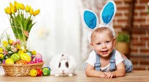 Szczęśliwy Easter! szczęśliwa śmieszna chłopiec bawić się z królikiem Fotografia Royalty Free