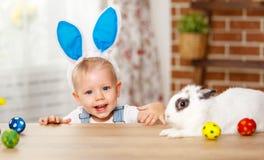 Szczęśliwy Easter! szczęśliwa śmieszna chłopiec bawić się z królikiem Zdjęcia Royalty Free